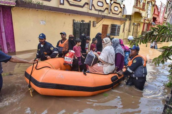 Flood Effected Area Residents Fume Over Ghmc For Providing Less Number Of Boats