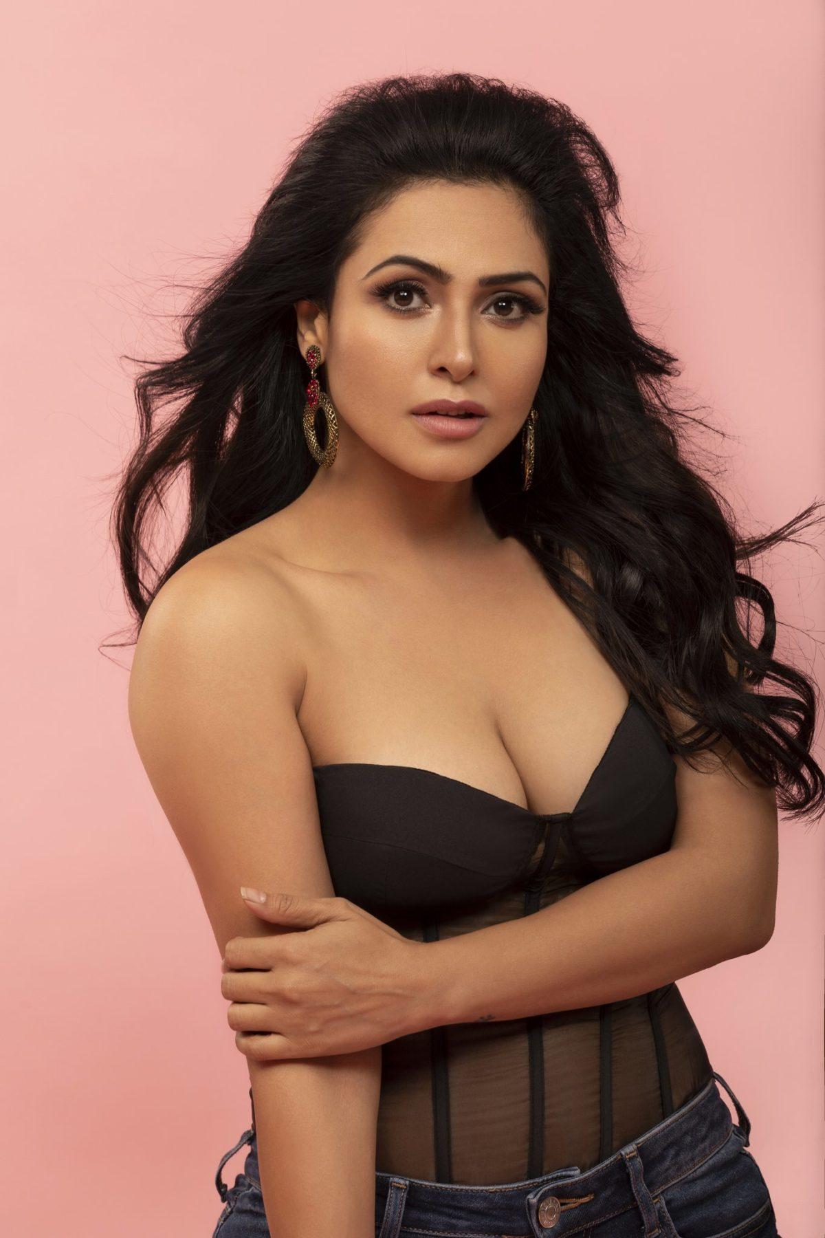 Nandini Rai's Flawless Figure Steamed Up The Cyberspace